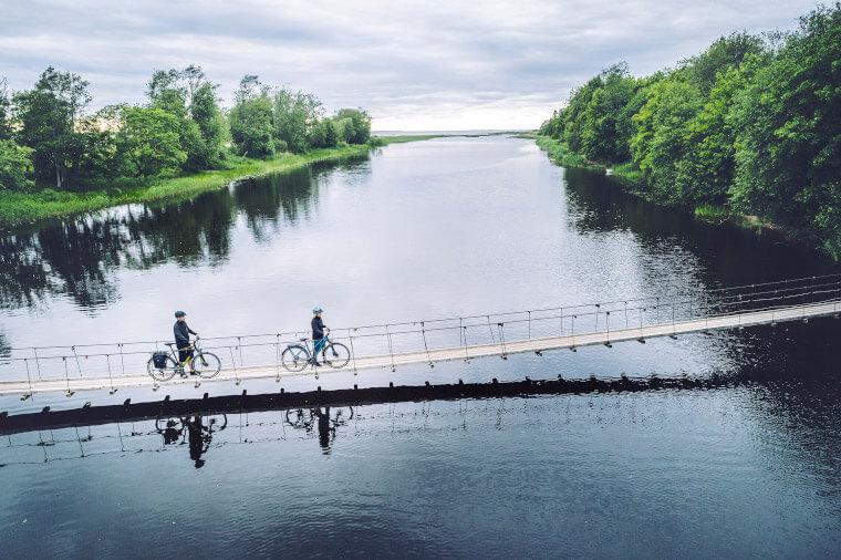 Trekking E-Bikes auf Hängebrücke